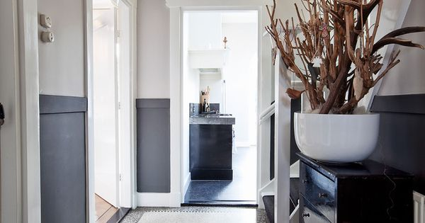 Geverfde lambrisering in de hal via lin hal inspiratie pinterest lambrisering entree en - Moderne entree decoratie ...