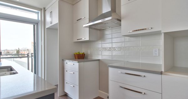 cuisine moderne avec comptoir de quartz facile d 39 entretien dosseret de cuisine encastr s au. Black Bedroom Furniture Sets. Home Design Ideas