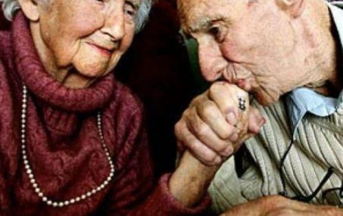 nothing is more uplifting than an old couple in love photos
