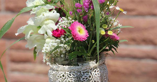 Vase mit Blumen. http://www.weddstyle.de/vintage-hochzeit-vasen-mieten ...