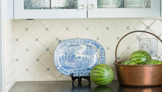 white backsplash with blue accent - Google Search