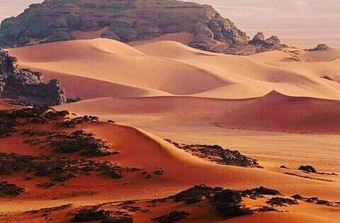 Kirmizi Tadrart Cezayir Sahra Da Col De Resmi Sola Surukleyin Karda Goruyorsunuz Bu Yer Sizce Nasil Tourisme Sahara Algerien Paysage Desert
