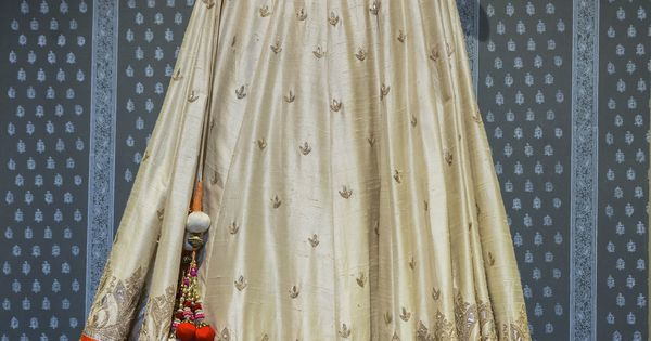 What an elegant beauty this Anita Dongre raw silk lehenga is! ♥