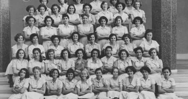 طالبات الكلية الإنجليزية للبنات كلية النصر للبنات حاليا الإسكندرية ١٩٥٠ من أشهر خريجات الكلية في فترة الأربعينات Egypt History Old Egypt Alexandria Egypt