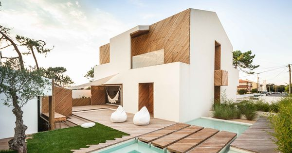 Portuguese beach house with stucco and silver wood home for Casas en ele modernas