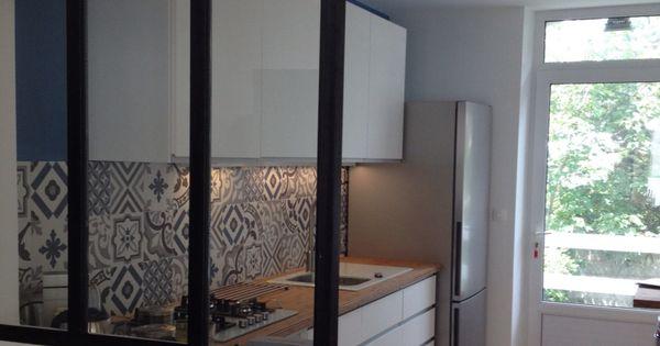 cuisine blanche avec cr dence imitation carreaux ciment et baie vitr e type atelier cuisine. Black Bedroom Furniture Sets. Home Design Ideas