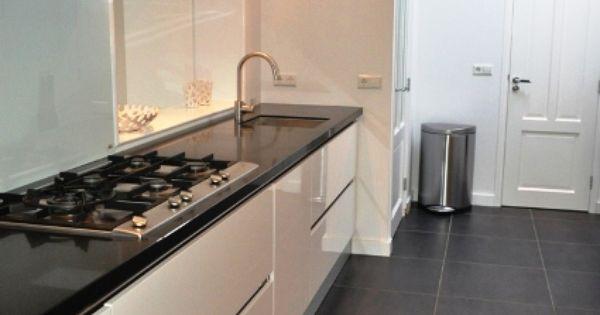 Hoogglans witte design keuken met zwart granieten blad stylist en interieurontwerper www - Zwart design lounge en witte ...