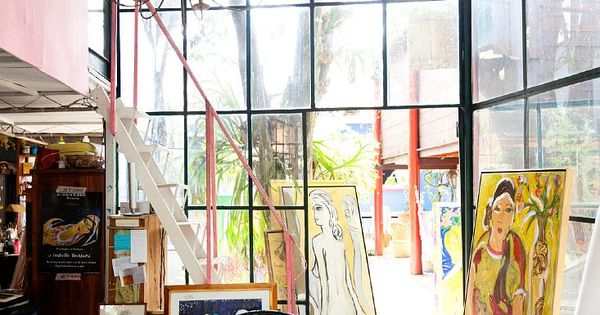 Love this art studio. What an awesome work space!