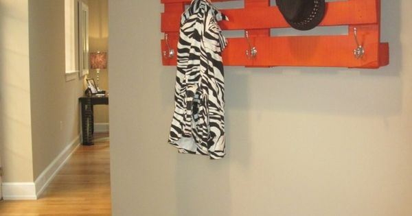 porte manteau mural design en palettes diy orange design et bricolage. Black Bedroom Furniture Sets. Home Design Ideas