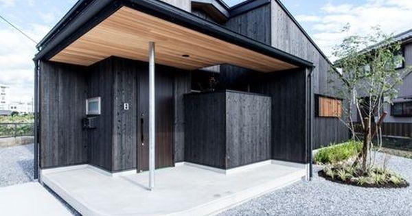 大きな庇がかかる玄関 とても小さな家 デザイン 焼杉 家のデザイン