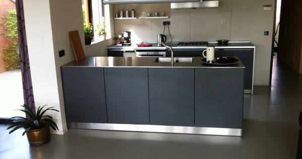 Zwarte keuken met rvs blad enkel eiland keuken pinterest rvs keuken en keukens - Keuken minimalistisch design ...