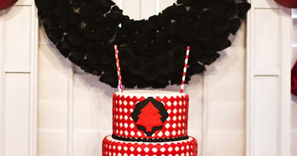 I really like that black wreath behind the cake!