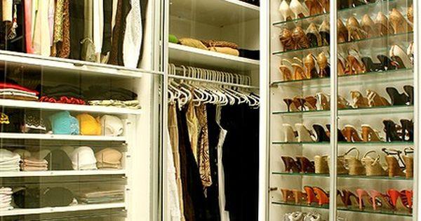 O closet projetado pela designer de interiores Jóia Bérgamo é forrado de