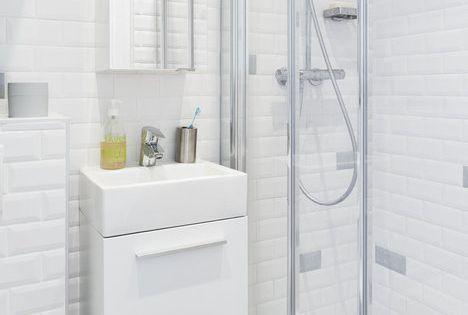 carrelage du m tro jusqu 39 au plafond wc suspendus meuble de salle de bains avec vasque en. Black Bedroom Furniture Sets. Home Design Ideas