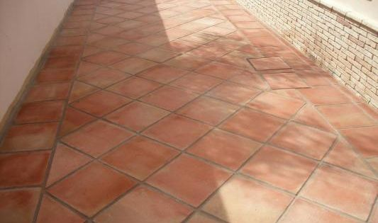 C mo limpiar suelos de baldosas de barro cocido en for Baldosas para terraza baratas