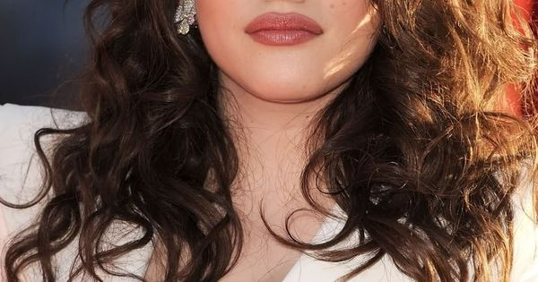 Hottest Photos of The 2 Broke Girls Cast | TheRichest