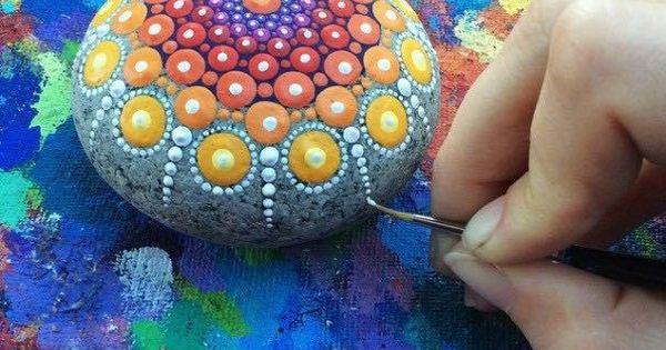 Como pintar piedras para crear coloridos mandalas5 for Como pintar imitacion piedra