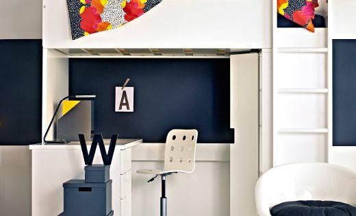 en stuva lofts ng med skrivbord och f rvaring i ett svart och vitt rum med f rgglada kuddar och. Black Bedroom Furniture Sets. Home Design Ideas