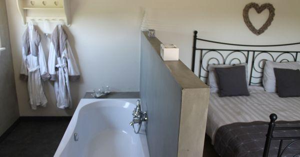 Master bedroom met badkamer en suite in vakantiewoning logeer sfeer logeer sfeer - Deco master suite met badkamer ...