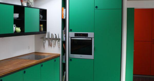 Køkken indrammet i sort mdf med grøn laminat. bordplade i massiv ...