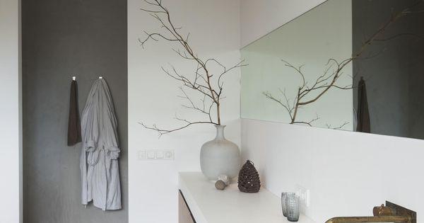 Rustige zen badkamer met mooie gietvloer een spiegel over de hele breedte van de muur geeft een - Decoratie zen badkamer ...