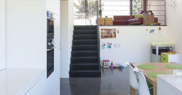 Donkere gepolierde beton in combinatie met een strakke witte keuken huis pinterest - Huis mezzanine ...