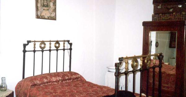 Habitaci n antigua cama de forja cuadro religioso sobre - Camas de forja antiguas ...