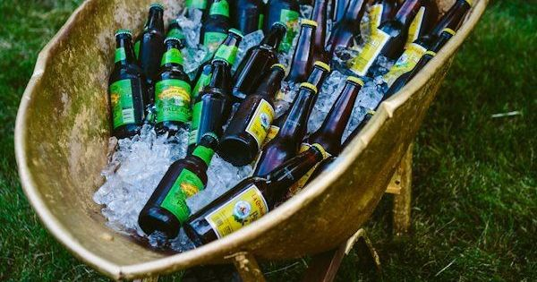 Creative ways to serve drinks outdoor parties barrow a for What to serve at a bbq birthday party