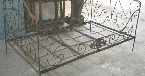 le vide grenier de didou la brocante ancien lit en fer forg banquette art populaire banc. Black Bedroom Furniture Sets. Home Design Ideas