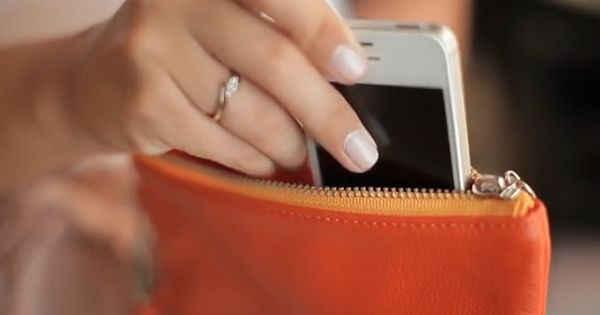 everpurse wirelessly charges smartphone (1)
