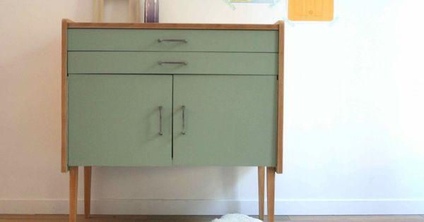 Ce meuble de rangement datant des ann es 60 a un look for Meuble rangement bois brut