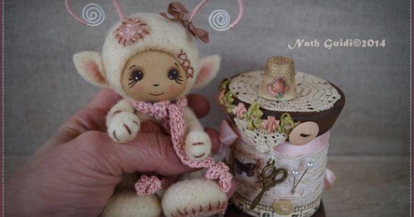 Petite cr ature elfique en laine card e et sa bobine de bois vintage bobines d cor es - Clef a laine ...