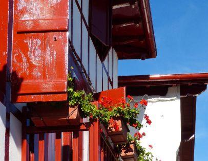 Bonjour au pays basque les volets des maisons sont - Maison volet rouge basque ...