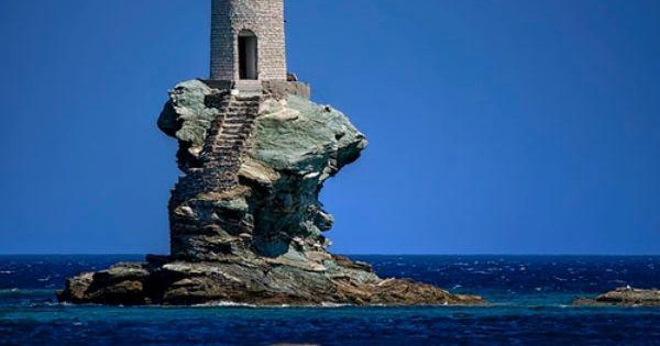 Le phare Tourlitis est situé sur un rocher dans le port de