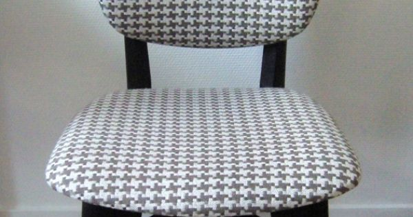 Chaise ann es 70 graphique recouverte de tissu motif pied for Chaise annee 70