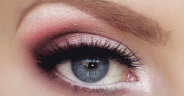 Soft pink smokey eye.
