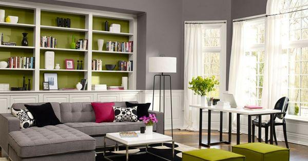 innendesign wohnzimmer grüne hocker offene regale stehlampe ...