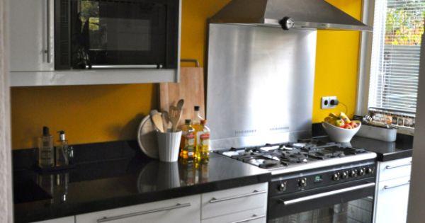 Moderne witte keuken met gele muur na stijlidee interieuradvies en styling wonen pinterest - Kleur verf moderne keuken ...