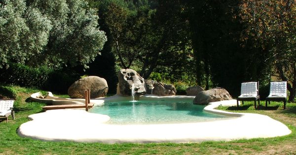 Perfecta integraci n con el entorno de esta piscina de for Camping en galicia con piscina