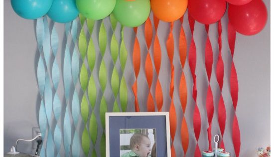 cute idea for a birthday backdrop... streamers and balloons Luau party idea