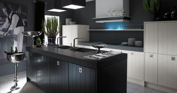 Landelijke keuken met een moderne toets door de keuze van een donkere kleur voor de muur en het - Kleur voor de keuken ...