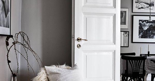 Paredes grises y carpinter a blanca sillas negras for Puertas blancas dobles