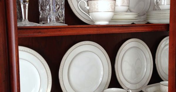 Tips on how to arrange a china cabinet china cabinets for Arranging dishes in kitchen cabinets