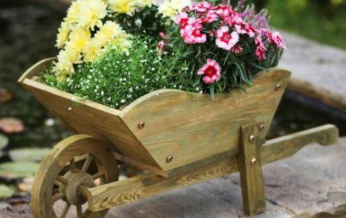 Carretilla decorativa de madera huerta y jard n for Jardineria decorativa