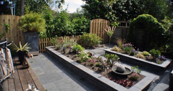 Tuin met verhoogde plantenbakken staptegels siersplit en groot terras bij het huis - Tuin met openlucht design ...