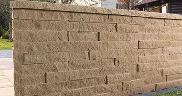 Die Santuro Spaltsteinmauer Prasentiert Eine Neue Maueroptik Und Lebt Die Gelungene Verbindung Von Tradition Und Moderne Das Klas Mauer Elemente Steinmauer