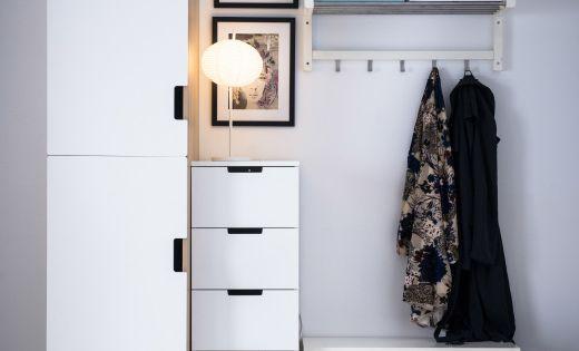 Ikea vest bulo con varios sistemas de almacenaje un for Sistema para zapateras