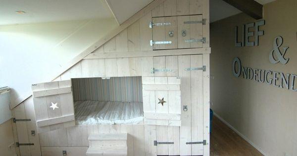 Stoer en toch romantisch bedstee met kastruimte husinspiration pinterest sovrum - Ruimtebesparende mezzanine ...