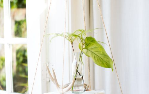 A hanging shelf in the bedroom allows us to add decor (plants,