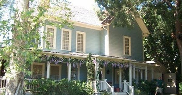 love the gilmore girls house could live in a town like stars hollow as well design style. Black Bedroom Furniture Sets. Home Design Ideas